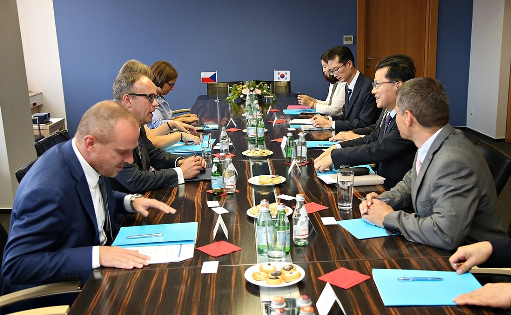 Vice Minister Shim Bo-kyun had a bilateral meeting with Czech Deputy Minister of the Interior Jaroslave Strouhal on July 16 and discussed ways to expand cooperation in the field of public administration.