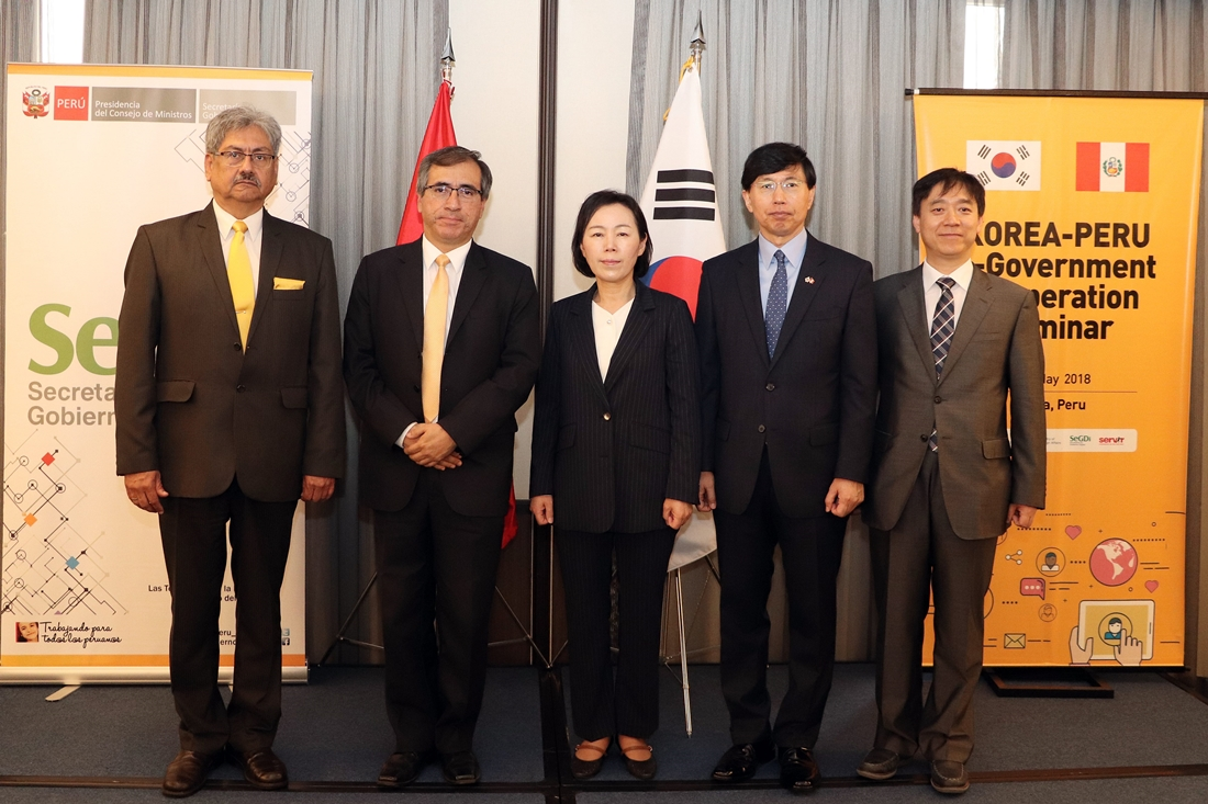 Director General for Infrastructure and Information Protection Policy Kim Hye-young (center) is taking a photo with participants of the Korea-Peru e-Government Cooperation Seminar on May 29 (local time).