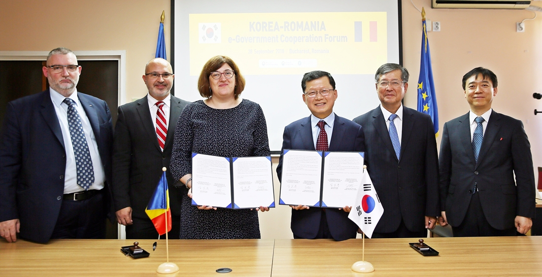 Vice Minister Shim Bo-kyun and State Secretary of the Romanian Ministry of Communications and Information Society Maria-Manuela Catrina signed a Memorandum of Understanding (MOU) for cooperation on e-government, and took photos together on September 29 in Romania.