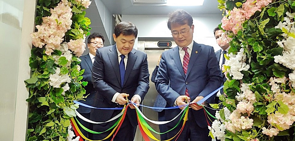 Vice Minister Yoon Jong-in (right) and Director Dmitry Romanovich Lee (left) are cutting the tape at the opening ceremony of the Korea-Uzbekistan e-government and digital economy cooperation center on January 30 in Tashkent, Uzbekistan.