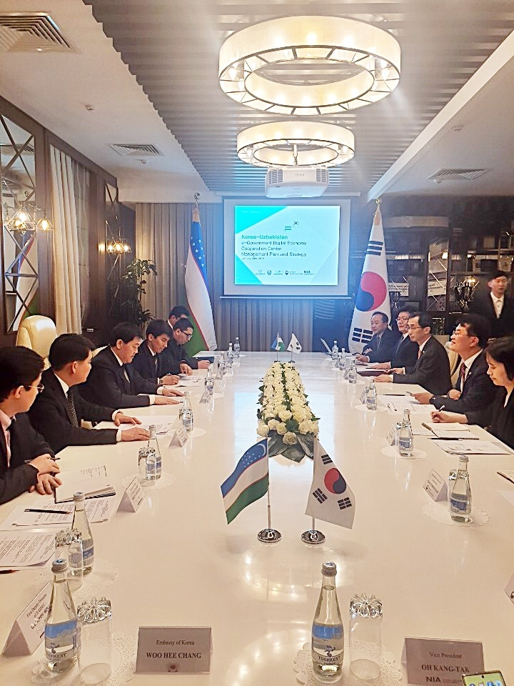 Vice Minister Yoon Jong-in (2nd from right) and Director Dmitry Romanovich Lee (3rd from left) are sharing thoughts on the establishment of the e-government and digital economy cooperation center and development of e-government at the Korea-Uzbekistan e-Government Cooperation Committee meeting on January 30 in Tashkent, Uzbekistan.