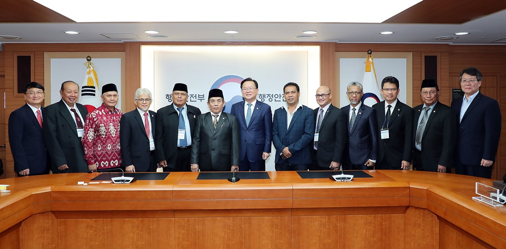 Minister Kim Boo-kyum(left) is shaking hands with the Indonesian delegation from Commission on Local Finance on July 4 at the Government Complex Seoul.
