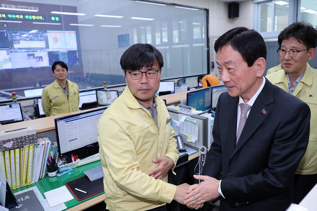 진영 장관이 8일 취임식에 앞서 중앙재난안전상황실(정부세종2청사)을 방문해 상황근무 직원들을 격려하고 있다.