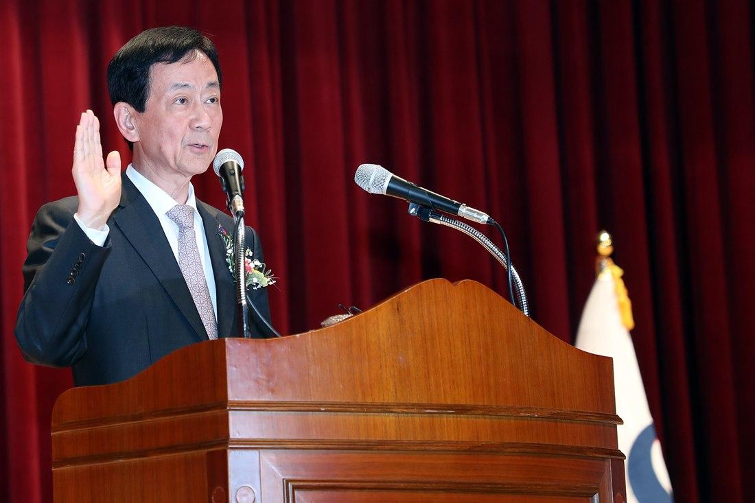 진영 장관이 8일 정부세종청사에서 열린 취임식에서 취임선서를 하고 있다.